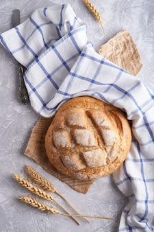 Pane senza glutine fatto in casa su un tovagliolo sul tavolo della cucina copia spazio