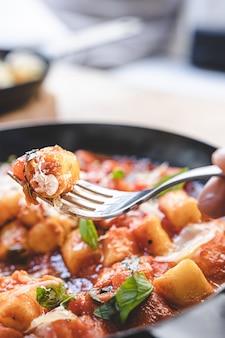 Gnocchi fatti in casa in salsa di pomodoro. cibo italiano.