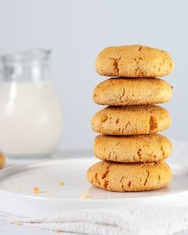 Biscotti di mais marrone dorato fatti in casa su uno sfondo bianco con il fuoco selettivo