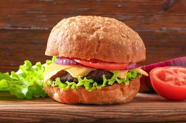 Hamburger fatti in casa con insalata di cotoletta, cipolla, pomodoro e cheeseburger, hamburger al formaggio