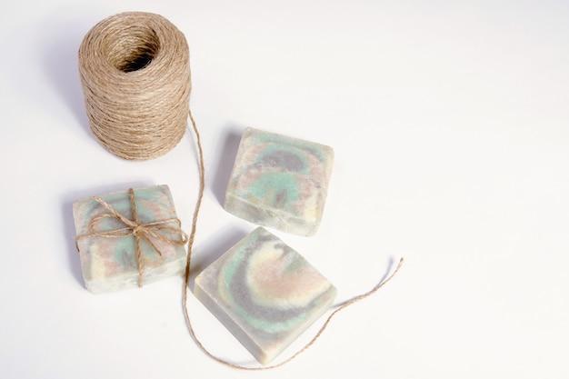 Sapone artigianale fatto in casa. profumo di legno di sandalo e spago di iuta. piccole imprese, prodotti biologici, ingredienti naturali. vista dall'alto.