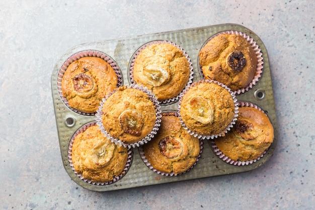 Muffin fatti in casa sani alla banana sulla pietra grigia