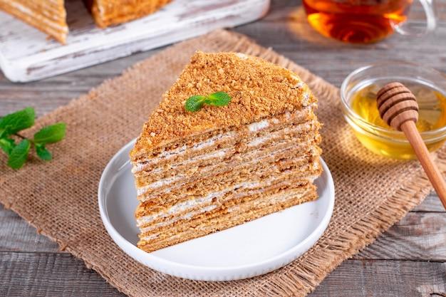 Torta di miele fatta in casa su un tavolo, fuoco selettivo