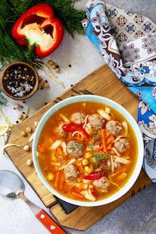 Zuppa calda fatta in casa con pasta polpette di tacchino e piselli ceci cucina orientale vista dall'alto