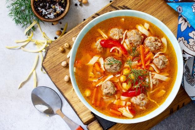 Zuppa calda fatta in casa con pasta polpette di tacchino e piselli ceci vista dall'alto