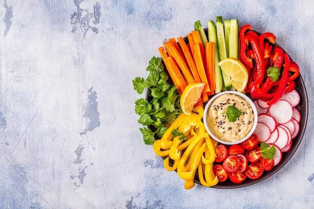 Hummus fatto in casa con verdure fresche, vista dall'alto.