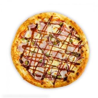 Pizza italiana fatta in casa con mozzarella, pomodoro, olive e funghi isolati su sfondo bianco. vista dall'alto