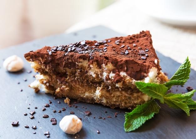 Torta tiramisù italiana fatta in casa servita su un piatto