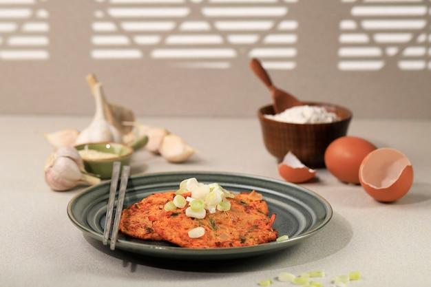 Pancake kimchi fatto in casa (kimchi jeon), . uovo in padella, kimchi e farina