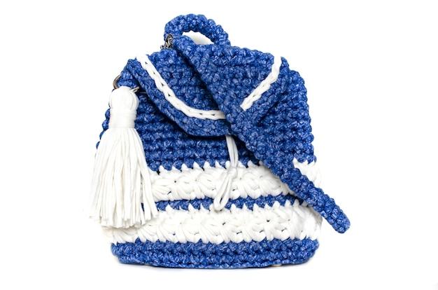 Zaino blu tricottato casalingo isolato su fondo bianco