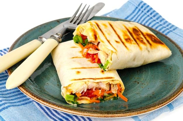 Lavash fatto in casa, shawarma con verdure, pollo. foto di studio