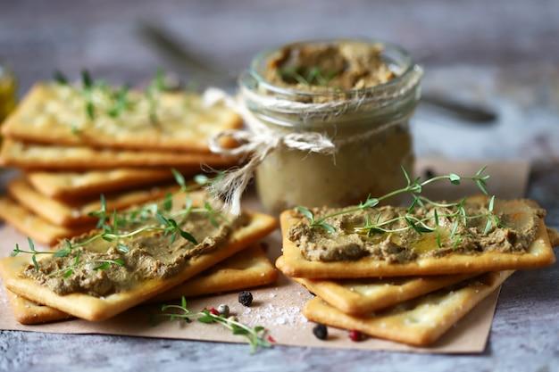Patè di fegato fatto in casa. delizioso patè fatto in casa con spezie ed erbe aromatiche. dieta keto. cibo salutare.