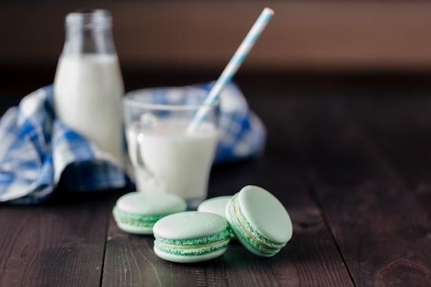 Amaretti fatti in casa con un bicchiere di latte