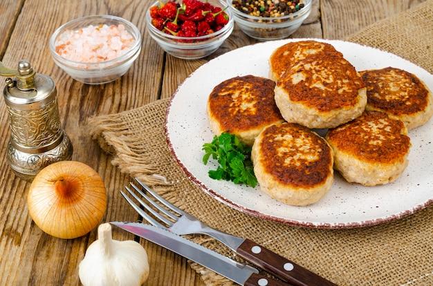 Cotolette di carne fatte in casa sulla tavola di legno.