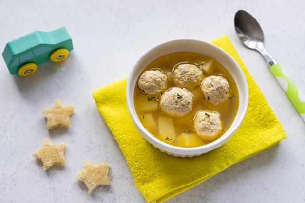 Zuppa di polpette fatta in casa per bambini con crostini cibo sano per bambini