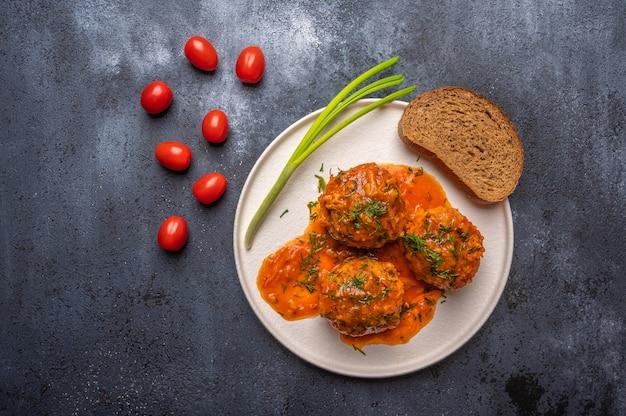 Polpette fatte in casa in salsa di pomodoro