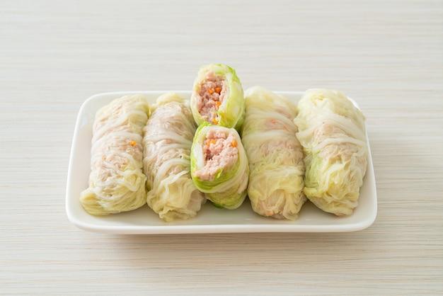 Maiale macinato fatto in casa avvolto in cavolo cinese o ripieno di cavolo al vapore tritare di maiale