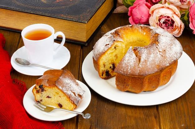 Muffin fatti in casa con frutti di bosco secchi e zucchero a velo sulla piastra