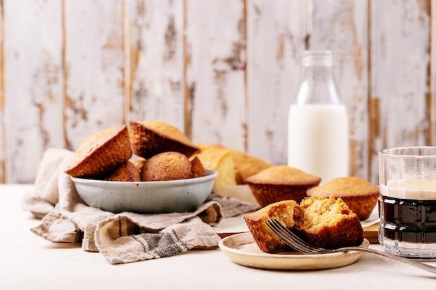 Muffin fatti in casa serviti con caffè su sfondo bianco trama