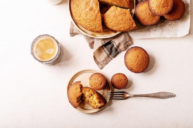 Muffin fatti in casa su sfondo bianco trama. vista dall'alto, piatto. copia spazio