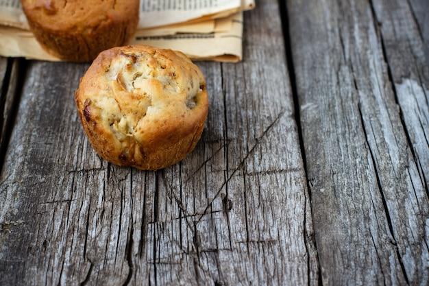 Muffin fatti in casa con mela su un tavolo di legno