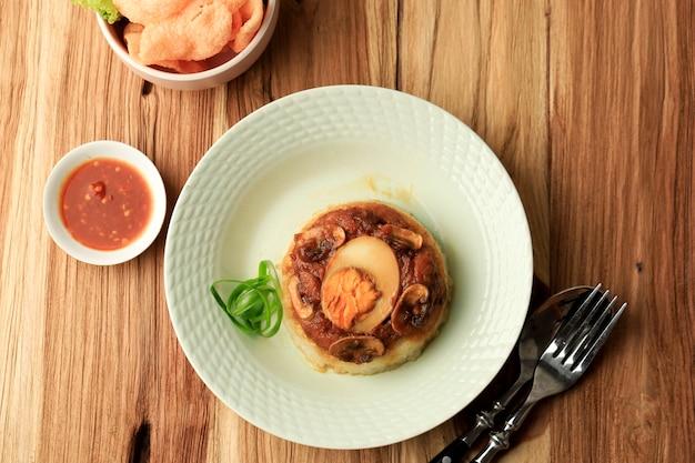 Riso al vapore di pollo e funghi nasi tim ayam jamur fatto in casa con salsa di soia e uovo sodo