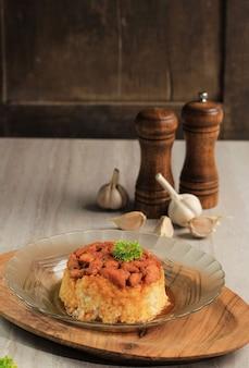 Nasi tim ayam fatto in casa, riso al vapore con salsa di soia di pollo a dadini. indonesiano comfort food per la colazione, copia spazio per il testo