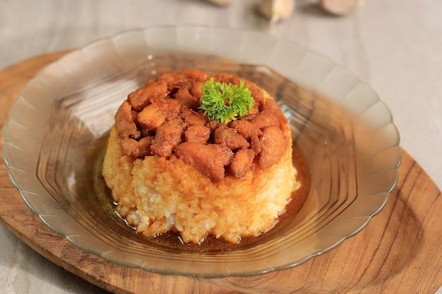 Nasi tim ayam fatto in casa, riso al vapore con salsa di soia di pollo a dadini. comfort food indonesiano per colazione