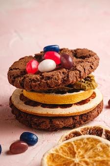 Panino casalingo dei biscotti del cioccolato dell'avena con gli agrumi secchi e le succose gelatine