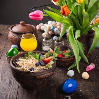 Muesli o muesli di farina d'avena fatti in casa con frutti di bosco freschi per una sana colazione mattutina di pasqua, fuoco selettivo. superficie di cibo sano
