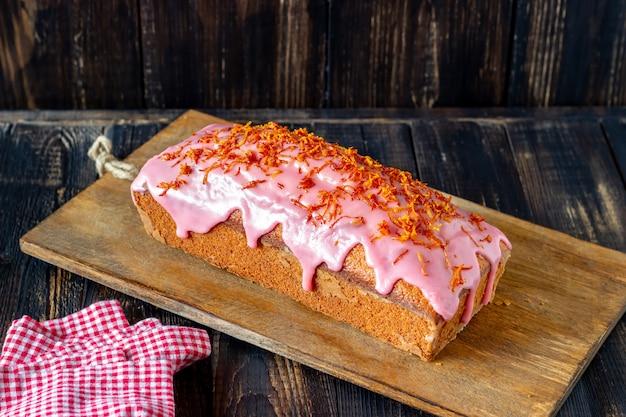 Torta arancione casalinga su una tabella di legno. arance rosse. ricette. dolci.
