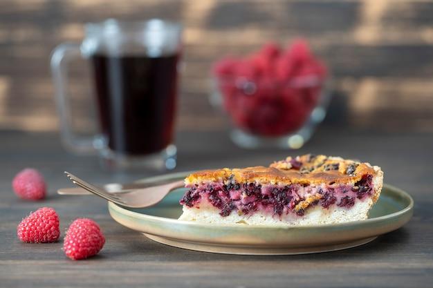Dessert di torta di more biologico fatto in casa pronto da mangiare