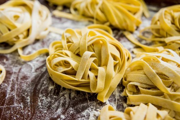 Pasta fatta in casa su un tavolo di legno. cucina in stile italiano. ristorante.