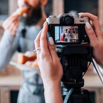 Dolci fatti in casa. passatempo di cucina. stile di vita del blog. uomo contento che mangia croissant freschi?