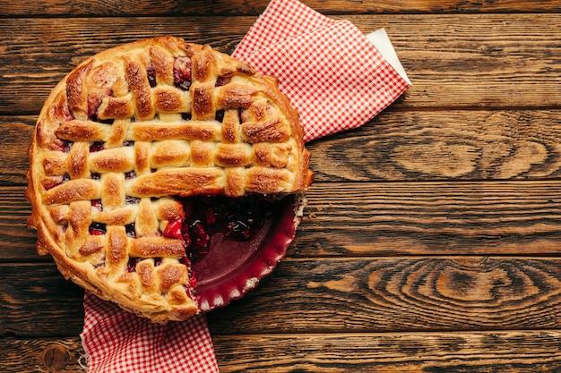 Pasta fatta in casa con frutti di bosco e mele