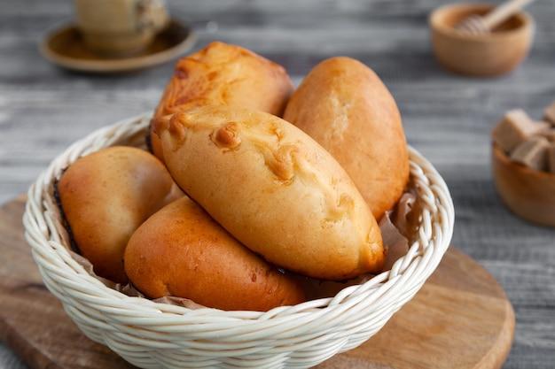 Tortini fatti in casa yummy al forno nel cestino sul tavolo grigio