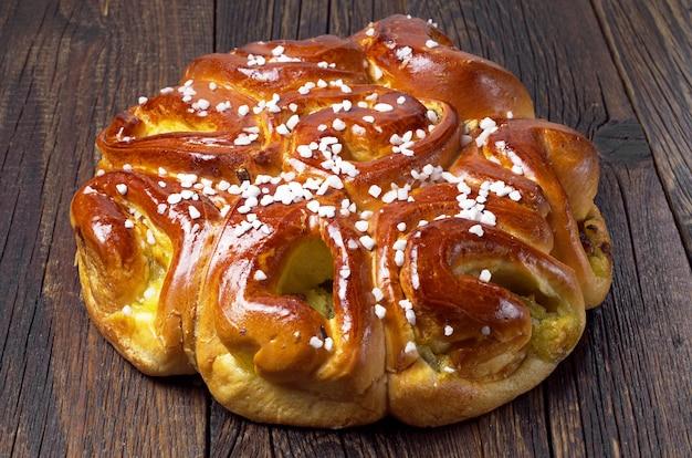 Torta fatta in casa con marmellata su tavola di legno