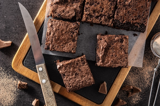 Pezzi fatti in casa di brownie sulla tavola di legno
