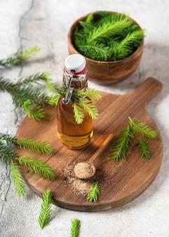 Sciroppo per la tosse di pino fatto in casa a base di cime di abete giovane verde e zucchero naturale