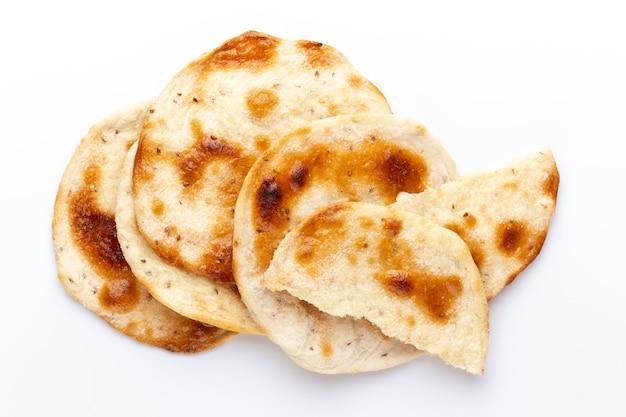 Pane pita fatto in casa. pane arabo isolato su sfondo bianco.
