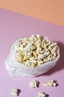 Popcorn fatti in casa sul tavolo colorato con luce ad alto contrasto. concetto di snack