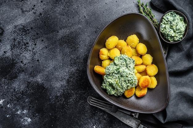 Gnocchi di patate fatti in casa con spinaci in un piatto