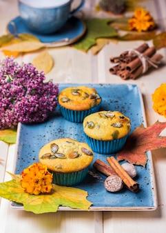 Muffin alla zucca fatti in casa sul tavolo di legno