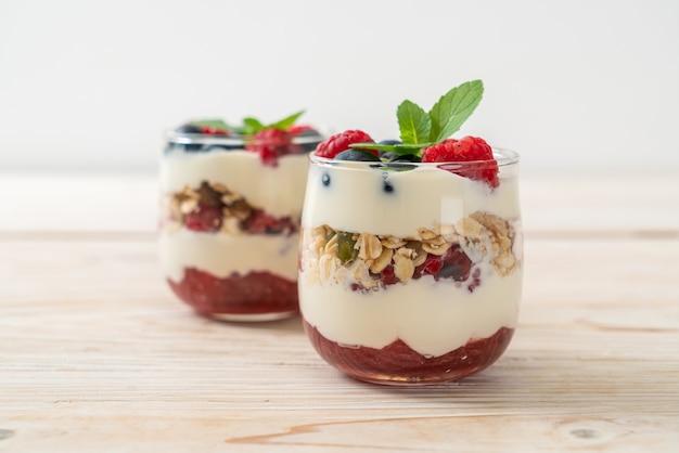 Lamponi e mirtilli fatti in casa con yogurt e muesli - stile di cibo sano