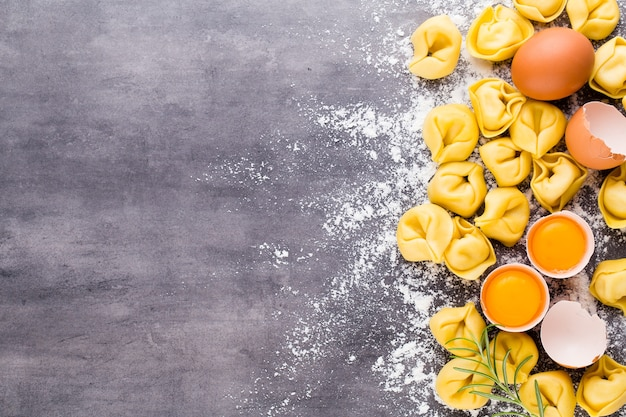 Tortellini e ingredienti italiani crudi fatti in casa