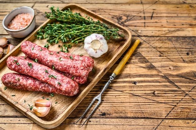 Salsicce di carne macinata cruda fatte in casa su un tagliere