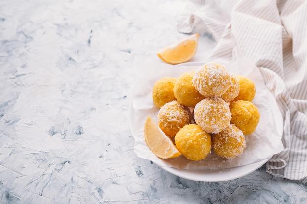 Tartufi di cocco e limone vegani crudi fatti in casa. concetto di cibo vegetariano. copia spazio.