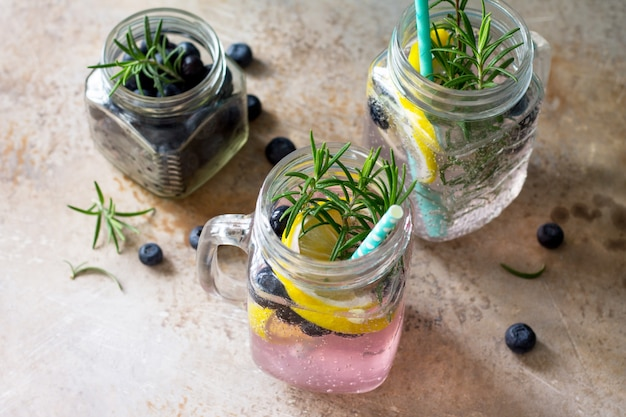 Bevanda rinfrescante fatta in casa con mirtilli limone e rosmarino closeup dieta concept