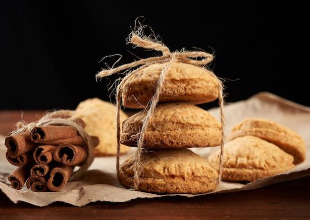 Biscotti al forno rotondi fatti in casa su carta marrone, delizioso dessert, primi piani