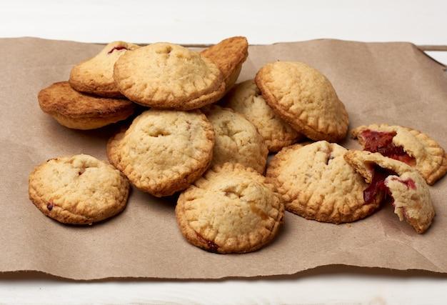 Biscotti al forno rotondi fatti in casa su carta marrone, delizioso dessert